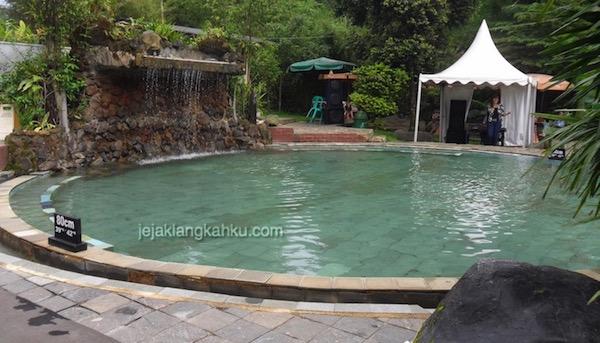 kolam renang air panas sari ater 0